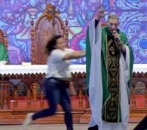 Mulher empurra Padre Marcelo Rossi de altar durante missa