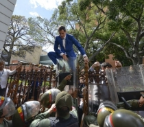 Guaidó é barrado e entra à força no parlamento venezuelano
