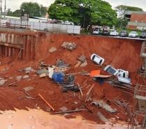 Cratera engole carros em Brasília após chuva