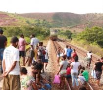 Ribeirinhos bloqueiam ferrovia no Leste de Minas após redução no auxílio aos atingidos pela tragédia de Mariana