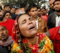 Incêndio em fábrica na Índia mata dezenas de pessoas